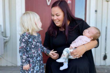 Mamma med två döttrar.